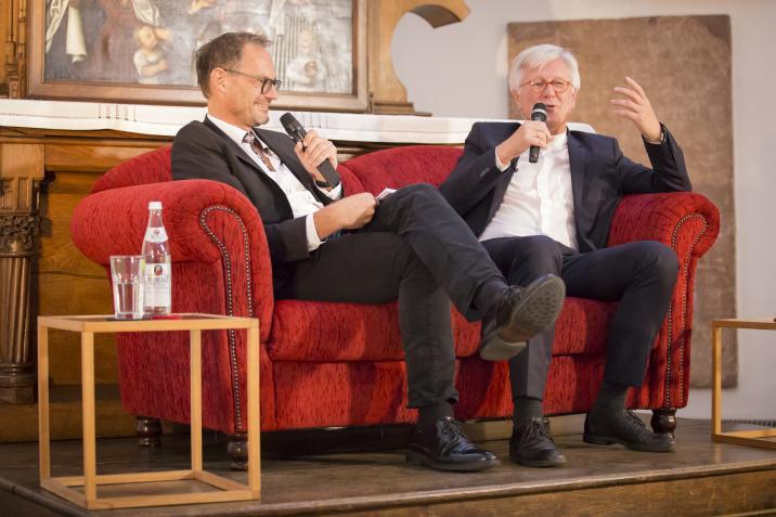 """Landesbischof der ELKB Bedford-Strohm auf der """"Luther-Couch"""" - moderiert von Matthias Drobinski"""