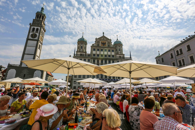 Die große Friedenstafel vor dem Augsburger Rathaus. Foto: Christian Menkel