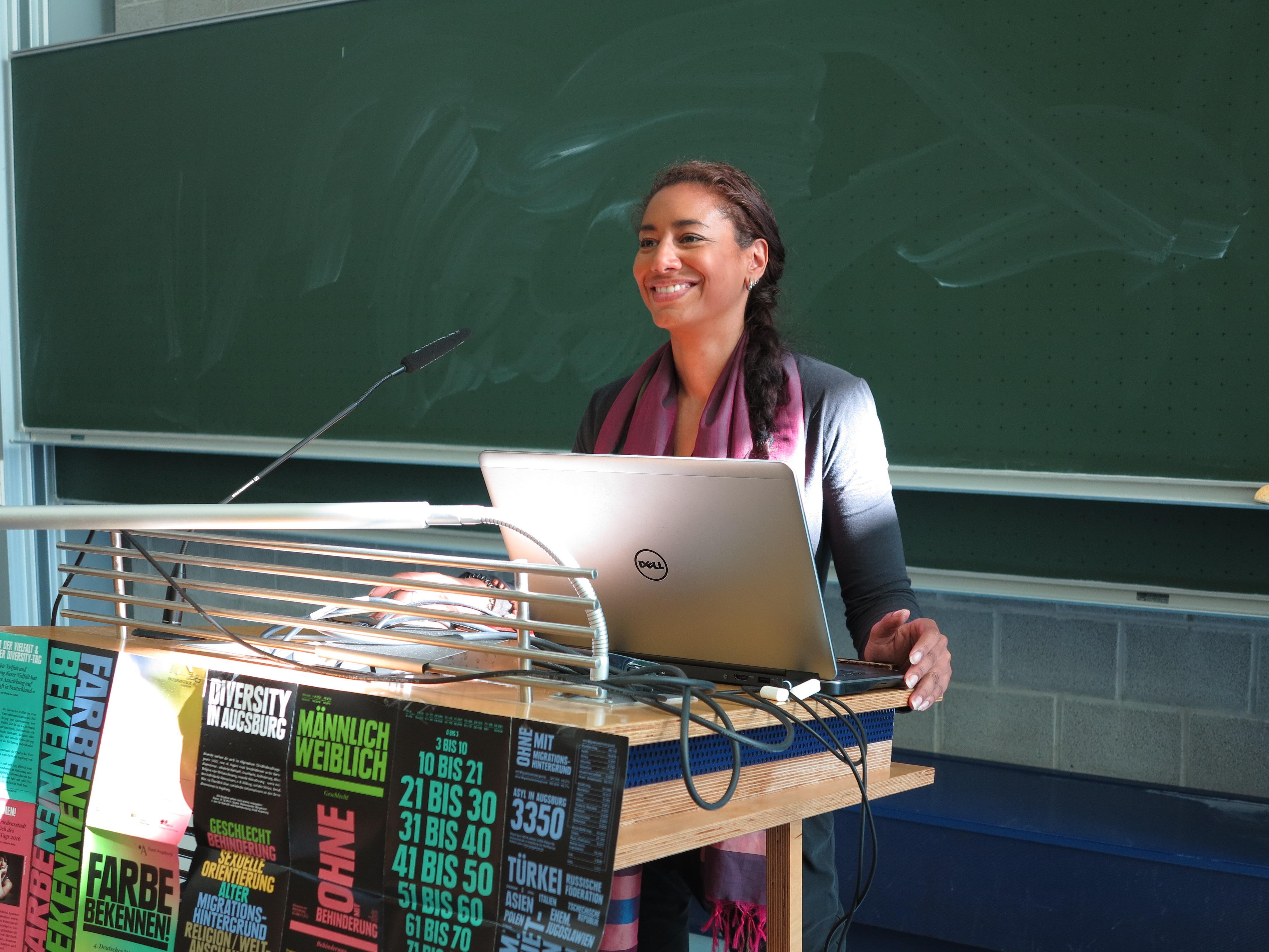 Noah Sow beim Vortrag zum Diversity Tag 2016 an der Universität Augsburg. Foto: Andreas Baernreuther